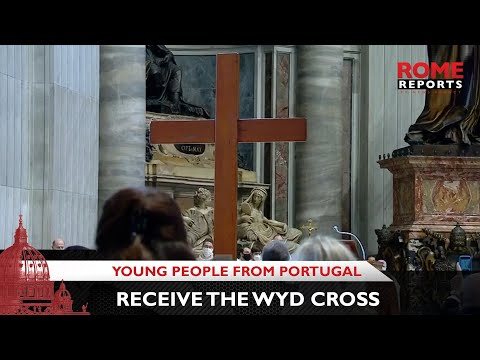 Young people from Portugal receive the WYD Cross