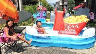 Elif Öykü ve Masal Otele Gidiyor Çok Şaşırıyor! Kids pretend play at the family hotel pool