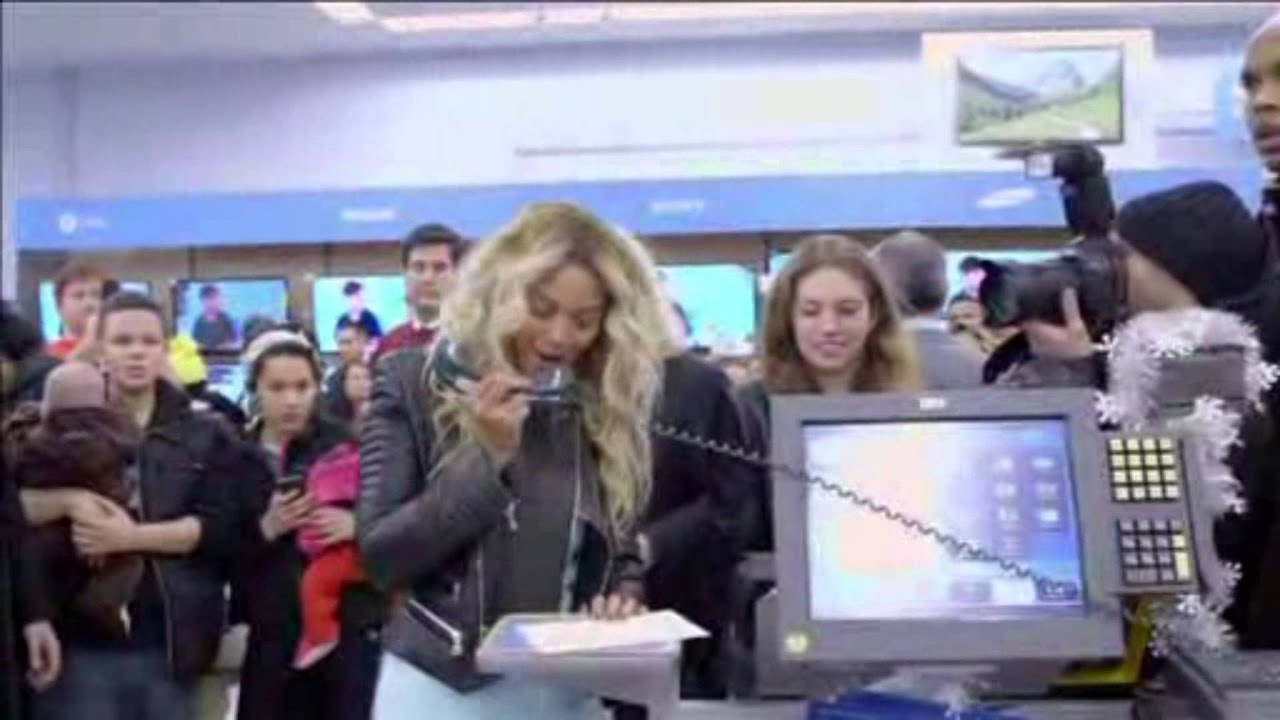 Beyonce Pays for Shoppers\' Christmas Gifts at Local Walmart - YouTube