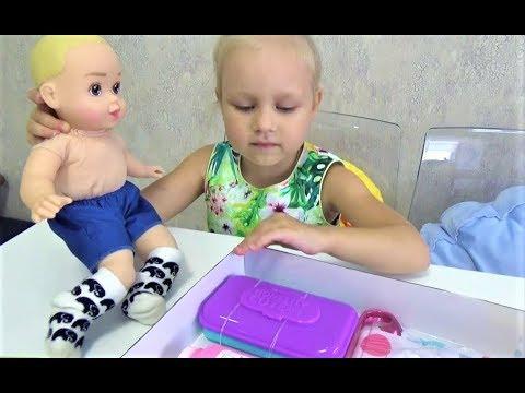 Алиса показывает СВОИ ПОКУПКИ ! Алиса играет с куклой Alice plays with a doll