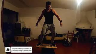 Igor Muntoni in una sessione di allenamento per migliorare l'equilibrio e la concentrazione. Qualità indispensabili per praticare al meglio il kitersurf. Visita il ...