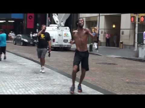 Уличный танцор на Уолл стрит. Нью Йорк 2010