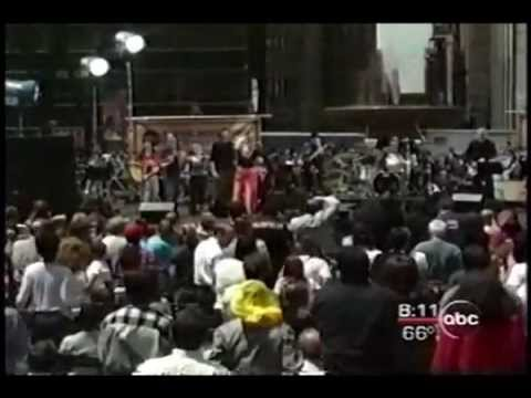 "Carly Simon ""You're So Vain"" LIVE in Bryant Park 2000"