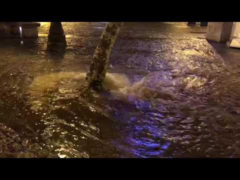 El reventón de una tubería inunda la Praza da Soidade de Lugo
