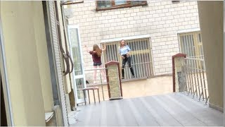 Школа в 3х метрах от дома и танцующие школьницы