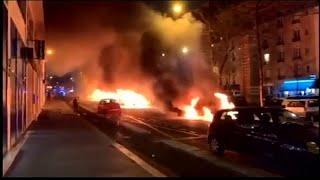 شاهد: إضرام النار في سيارات أمام مقر صحيفة لو باريزيان في باريس…
