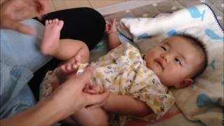 【4か月】 どんぐりころころ♪♪ 赤ちゃん遊び 有名な童謡。手と足をまと...