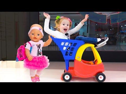 Настя и кукла пупсик играют в магазине