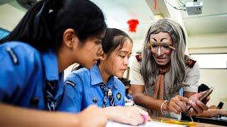 Verkleidet vor der Klasse: Lehrer unterrichtet im Kostüm