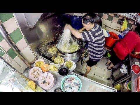 Dancing Man Cooking Fried Hokkien Prawn Mee. Singapore Street Food