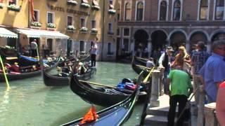 Гондолы в Венеции. Прогулка на гондолах(Гондолы в Венеции. Видео. Достопримечательности Италии и ещё много чего интересного и необычного можно..., 2012-07-14T18:51:59.000Z)