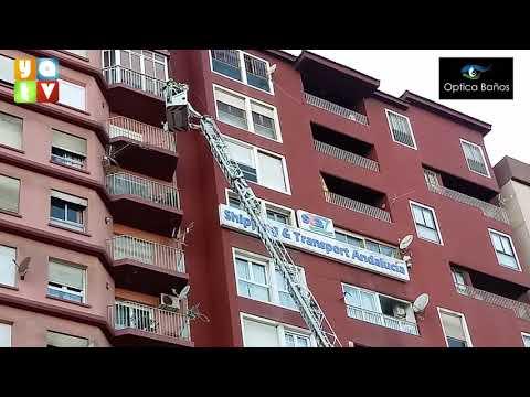 Los bomberos actúan por el peligro de caída de cascotes de un edificio en la Avenida Virgen del Carmen