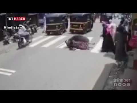 Yolun karşısına geçmeye çalışan kadın, öfkeli boğanın hedefi oldu