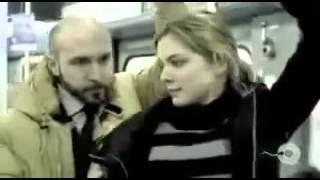 Homem encoxando uma mulher no metro público - um dos melhores comerciais do mundo