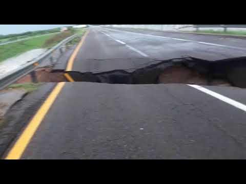 Con las lluvias se abre socavón en carretera Culiacán Mazatlán