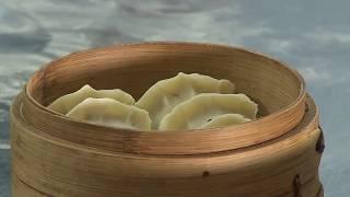 Иностранцы пробуют блюда китайской кухни: пельмени