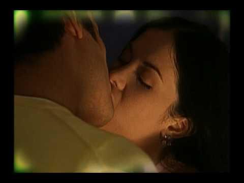 Mujeres dandose besos de lengua - 3 8