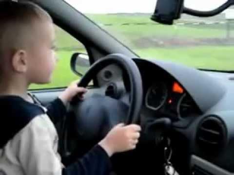 ребенок за рулем фото