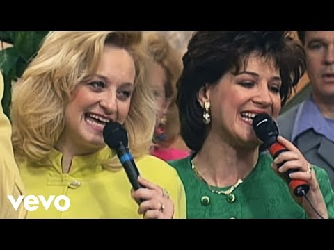 Bill & Gloria Gaither - Just Over in the Glory Land [Live] ft. The Hayes Family
