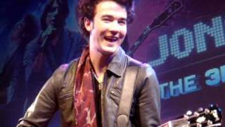 "Jonas Brothers ""LOVE BUG"" Acoustic Surprise Invasion @ El Capitan Midnight 3D Movie 2/27/09"