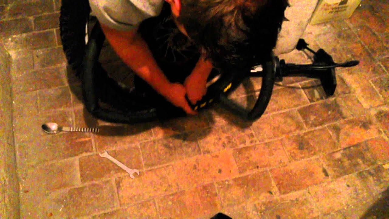 tuto comment changer un pneu de v lo de dh youtube. Black Bedroom Furniture Sets. Home Design Ideas