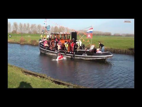Zwarte Piet duwt Sinterklaas van de boot