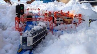 今日(1月9日)、雪がたくさん降ったので雪の中でプラレールをやってみま...