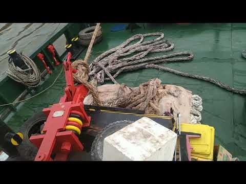 Tugboat Oleng Kanan Tarik Tongkang 9000 Metric Tons Di Sungai Dangkal
