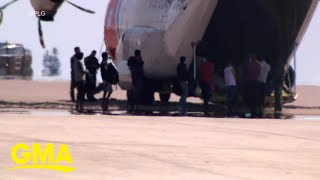 Authorities begin deporting planes full of migrants from Texas l GMA