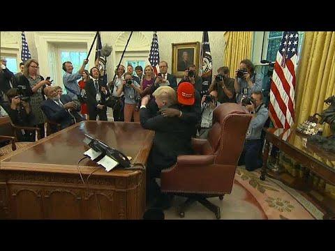 شاهد: مغني الراب كاني ويست يحضن ترامب في المكتب البيضاوي …