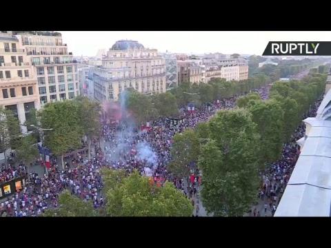 Paris : les Français célèbrent la victoire des Bleus à la Coupe du monde