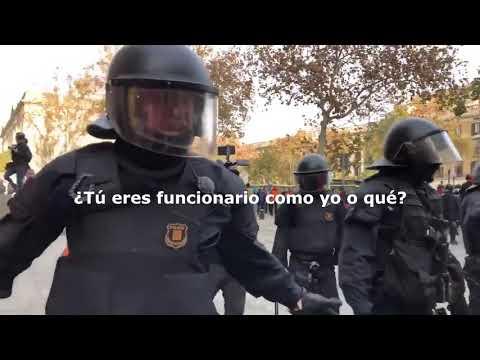 """Un mosso a un manifestante: """"La república no existe, idiota"""""""