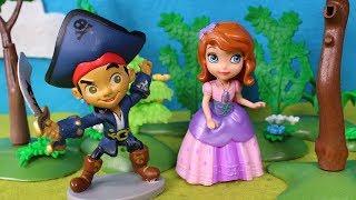 ♛ PRINCESA SOFIA ♛ JaKe el Pirata y la Princesa Sofía se conocen | Vídeos de Juguetes en Español thumbnail