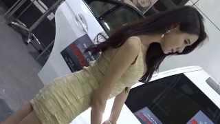 オートサロンで中国人コンパニオンの裸同然のエロ衣装