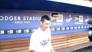 Los Angeles Dodgers: Jeremy Lin (Lakers #17) throws out the first pitch