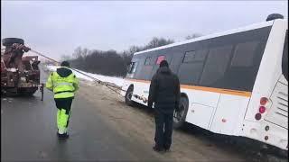 Грузовая эвакуация автобуса из кювета