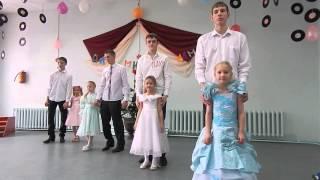 Танец  выпускников 11 класса с учащимися 1 класса
