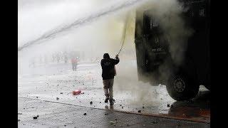 Carabineros reprimen con tanquetas de agua y perdigones a manifestantes en Chile
