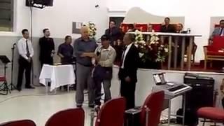 Mendigo bêbado surpreende igreja cantando iluminado com Espírito Santo operando!!!! thumbnail