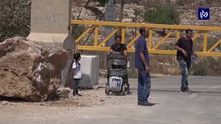 قوات الاحتلال تضع بوابة حديدية على الشارع الرئيسي لقرية بيتيللو - (26-8-2017)