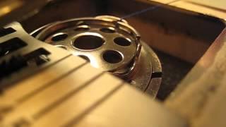 Explications pas à pas pour l'installation de la canette de fils d'une machine à coudre ancienne de type Elna Lotus SP.