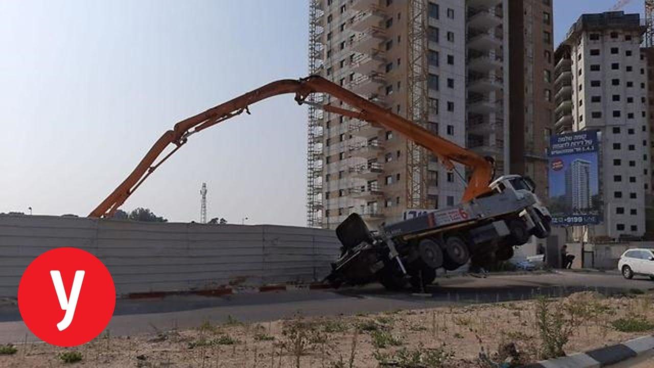 הקטל בענף הבנייה: פועל נהרג מפגיעת זרוע משאית שהתהפכה