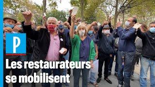 Covid-19 : à Paris, des restaurateurs inquiets jettent leurs clés au sol