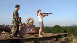 Mladá dáma,AK 47 a T 72