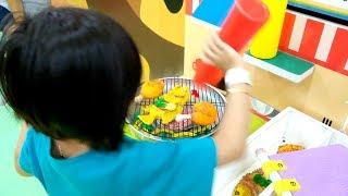 Yaya &amp Kakang Jadi Pedagang Makanan Dengan Mainan Masak Masakan Di Playground