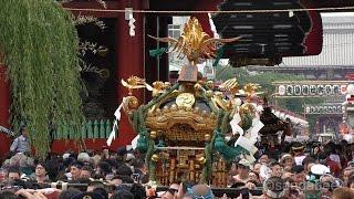 三社祭町内神輿連合渡御で、仲見世通りから風神雷神門をくぐる南部十六...