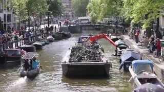 Fietsen baggeren in de amsterdamse grachten