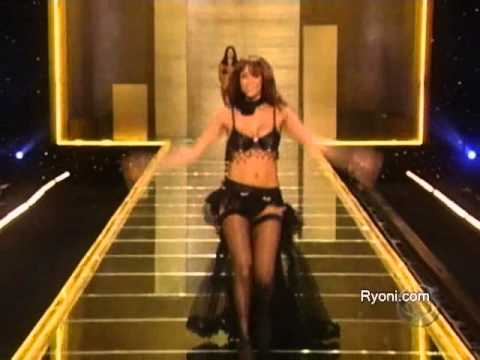 """VS's signature Angel, Tyra doing her signature flamingo walk along side with her """"best pal""""Naomi!"""