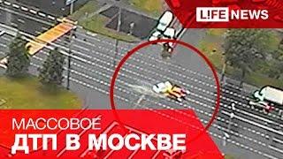 В Москве водитель грузовика вывалил песок на авто сотрудников ГИБДД