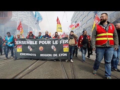 شاهد: المسافرون الفرنسيون يتحدون الإضراب باقتحام القطارات من خلال النوافذ…  - 00:22-2018 / 4 / 5
